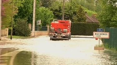 Route inondée à Buchères dans l'Aube le 9 mai 2013.