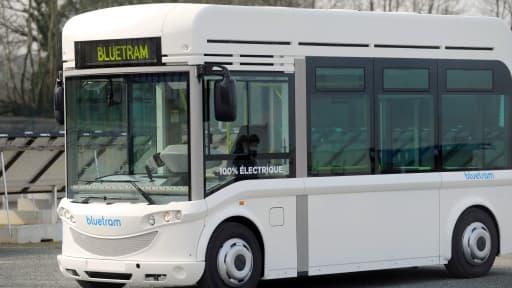 Le tramway électrique de Bolloré se recharge à chaque arrêt en station.