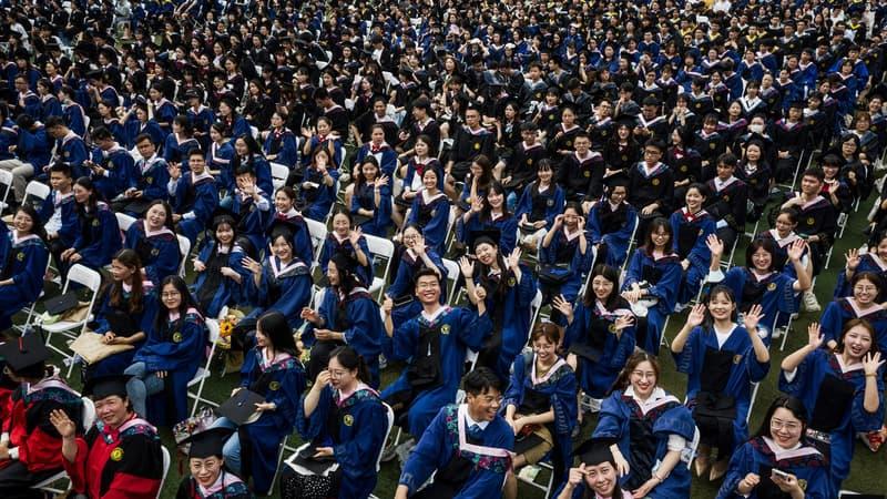 Chine: cérémonie de remise de diplômes géante à Wuhan, un an après la quarantaine