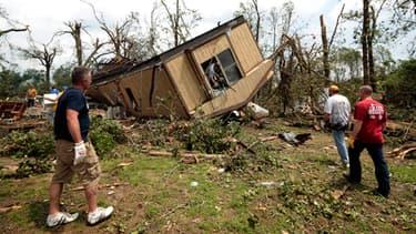Réveil douloureux pour les habitants de la banlieue d'Oklahoma City: la tornade a tout détruit sur son passage.