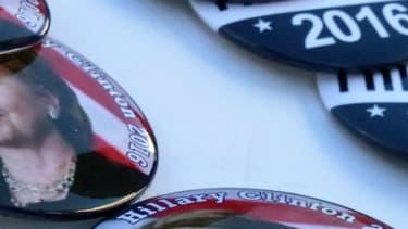 Des pin's soutenant Hillary Clinton pour l'élection présidentielle, à Miami, en Floride, le samedi 23 juillet 2016.