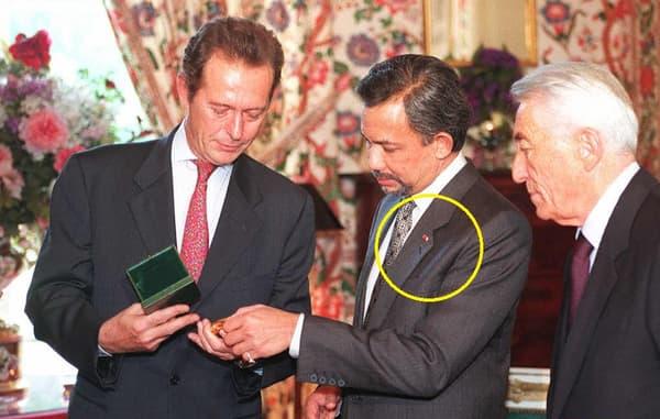 Au centre de la photo le sultan de Brunei, dont l'insigne de boutonière de la Grand'croix d'honneur est entourée en jaune.