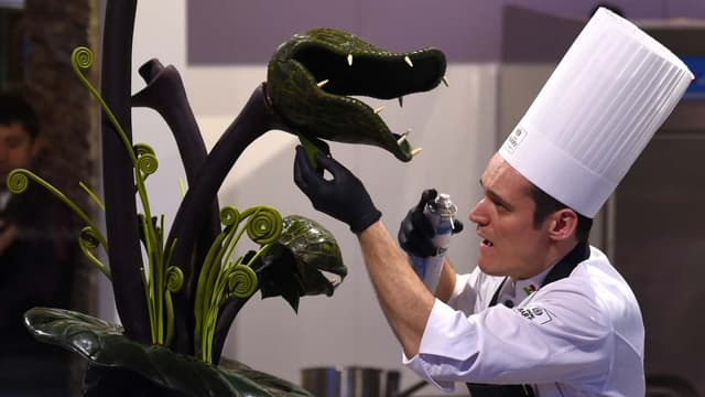 Le chocolatier mexicain Slawomir Korczak travaille sur une création au Salon du chocolat le 28 octobre 2015 à Paris.