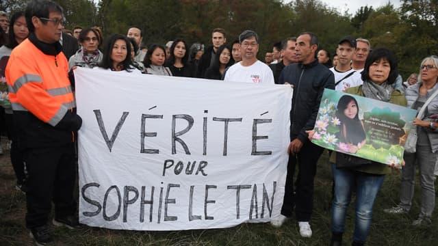 Les parents et les proches de Sophie Le Tan pendant une marche d'hommage, un an après la disparition de l'étudiante strasbourgeoise de 20 ans