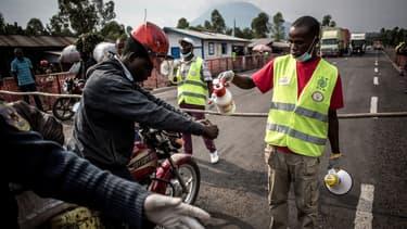 Un chauffeur de taxi-moto lave ses mains à un point sanitaire à Goma, en République démocratique de Congo, le 16 juillet 2019.