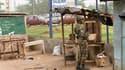 Les forces fidèles à Laurent Gbagbo ont levé jeudi leur blocus autour du quartier d'Abobo, à Abidjan, qui avait été le théâtre de heurts entre camps politiques adverses. /Photo prise le 13 janvier 2011/REUTERS/Luc Gnago