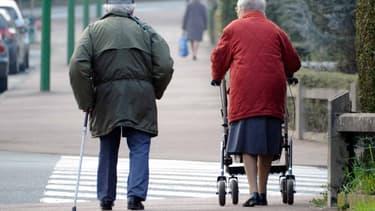 Un couple de personnes âgées.