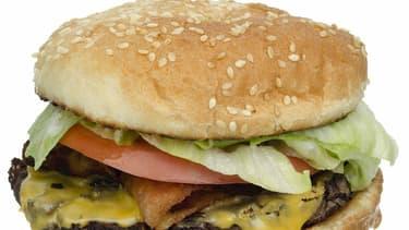 Une cliente très mécontente de recevoir son sandwich sans bacon