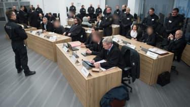 Huit membres d'un groupuscule d'extrême droite allemand (visages floutés) accompagnés de leurs avocats lors de leur procès, le 7 mars 2018 à Dresde