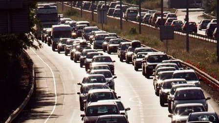 En ce premier week-end de chassé-croisé des vacanciers, près de 400 kilomètres de bouchons étaient signalés sur les routes de France à la mi-journée. Bison fûté a classé cette journée rouge dans le sens des départs au niveau national et en vallée du Rhône
