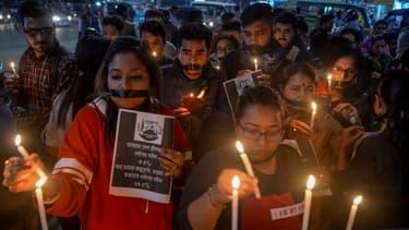 Des jeunes indiens rassemblés le 30 novembre 2019 à Siliguri pour rendre hommage à la jeune femme violée et assassinée.