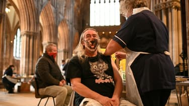 Un homme reçoit une injection du vaccin  AstraZeneca/Oxford contre le Covid-19 dans la cathédrale de Lichfield au Royaume-Uni le 18 mars 2021
