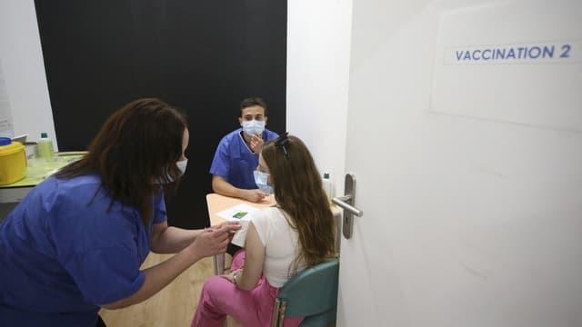 Une adolescente en train de se faire vacciner à Ajaccio en mai dernier (Photo d'illustration).