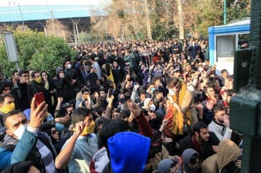Des étudiants iraniens manifestent devant l'université de Téhéran, le 30 décembre 2017
