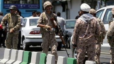 Des policiers aux abords du Parlement iranien après la double attaque à Téhéran le 7 juin 2017