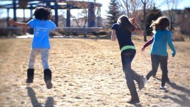 Des enfants jouent dans un parc.