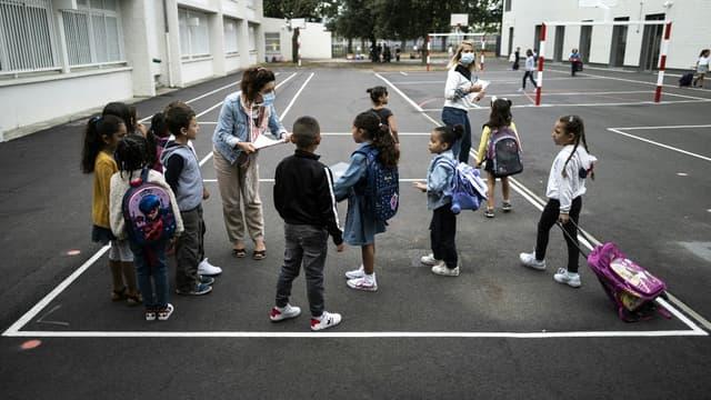 Des élèves dans une cour de récréation de Toulouse, le 1er septembre 2020.