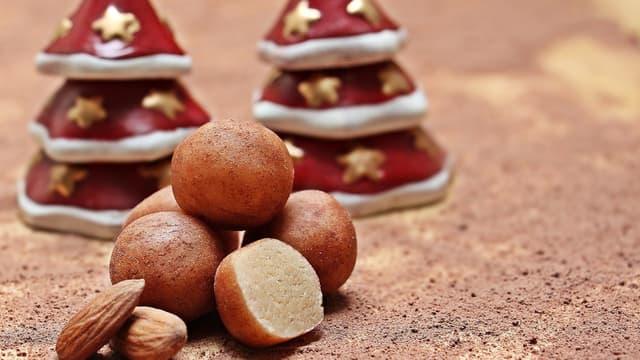 """Le marzipan peut être sculpté en une multitude de formes, comme ces classiques """"pommes de terre"""" brunes faite à partir de petites boules de pâte d'amandes roulées dans du cacao."""