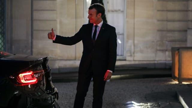 Emmanuel Macron dans la cour de l'Elysée le 6 novembre 2017 à Paris.
