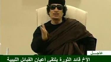 Mouammar Kadhafi, sur des images diffusées mercredi par la télévision libyenne, affirmant qu'elles avaient été tournées dans la journée. Selon les autorités italiennes, le dirigeant libyen, qui n'est plus apparu en public depuis un raid de l'Otan fatal à