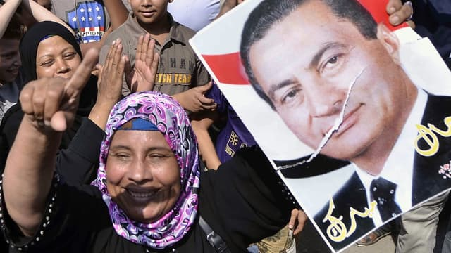 Des partisans de l'ancien président Hosni Moubarak réunis devant la prison où il était détenu jusqu'à jeudi.