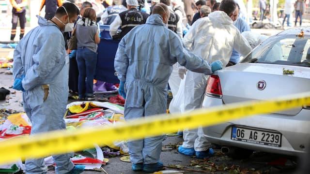La police scientifique sur les lieux de l'attentat, le 10 octobre, à Ankara.