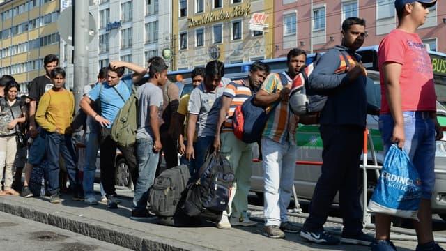 es migrants sont pris en charge à leur arrivée à Munich, le 1er septembre 2015