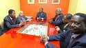 Alassane Ouattara (au centre) recevant (de gauche à droite) les présidents du Bénin Boni Yayi, du Cap Vert Pedro Pires, de Sierra Leone Ernest Bai Koroma, un diplomate et le Premie rministre du Kenya Raila Odinga, à l'Hôtel du Golf à Abidjan. Les médiateu