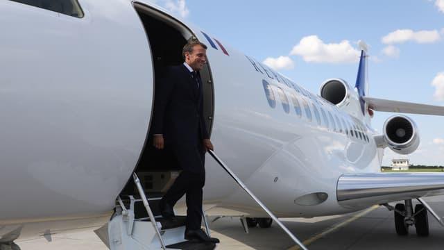 Emmanuel Macron descendant de l'avion présidentiel (photo d'illustration)