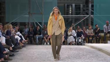 Pour son défilé masculin de l'été 2019, Hermès a fait porter à ses mannequins hommes des carrés de soie unis.