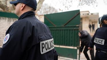 Des policiers patrouillent sur les lieux de l'agression, à Marseille.