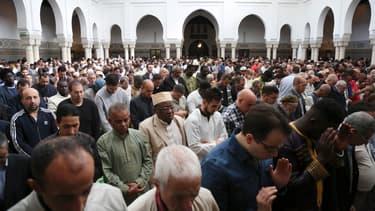 Des musulmans à la Grande Mosquée de Paris lors de l'Aïd el-Fitr, le 15 juin 2019