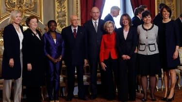 Enrico Letta, le nouveau président du Conseil italien (au centre), aux côtés du président Giorgio Napolitano et des membres de son gouvernement. Les ministres du cabinet Letta ont prêté serment dimanche au palais du Quirinal de Rome, tandis que des coups