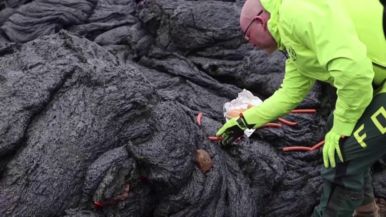 Ces Islandais cuisent des hot-dogs sur la lave encore brûlante d'un volcan