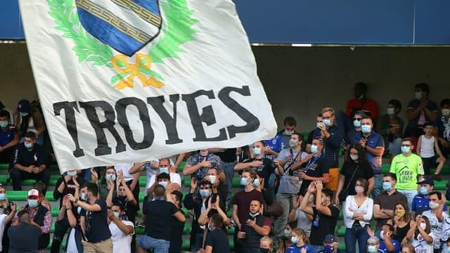 Des supporters troyens, lors du match de L2 à domicile contre Pau, le 12 septembre 2020 au Stade de l'Aube