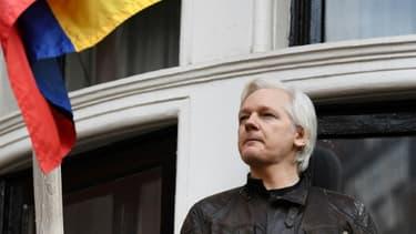 Le fondateur de Wikileaks  Julian Assange au balcon de l'ambassade d'Equateur à Londres, le 19 mai 2017