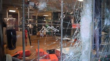 Pour éviter les dégradations et pillages nombre de commerçants préfèrent baisser le rideau, se privant ainsi de chiffre d'affaires.
