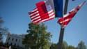 Les drapeaux français et américain devant la Maison Blanche