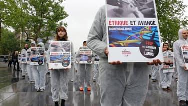 Des militants protestent contre l'expérimentation animale dans la recherche scientifique, le 26 avril 2014.