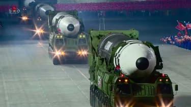 Image tirée d'une vidéo diffusée par l'agence nord-coréenne Kcna, le 10 octobre 2020, montrant ce qui semble être le nouveau missile balistique intercontinental géant dévoilé par la Corée du Nord lors d'un défilé militaire à Pyongyang
