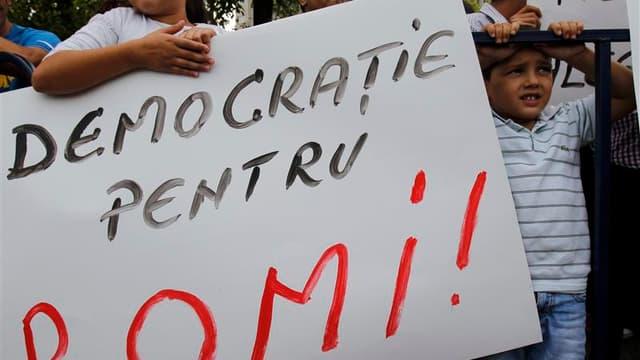 A Bucarest, lors d'une manifestation devant le palais présidentiel où les dirigeants roumains devaient accueillir ce mercredi le ministre français de l'Intérieur Manuel Valls et son collègue délégué aux Affaires européennes, Bernard Cazeneuve. Amnesty int
