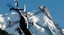 Hélicoptère de la gendarmerie décollant de Chamonix, au pied du Mont-Blanc.