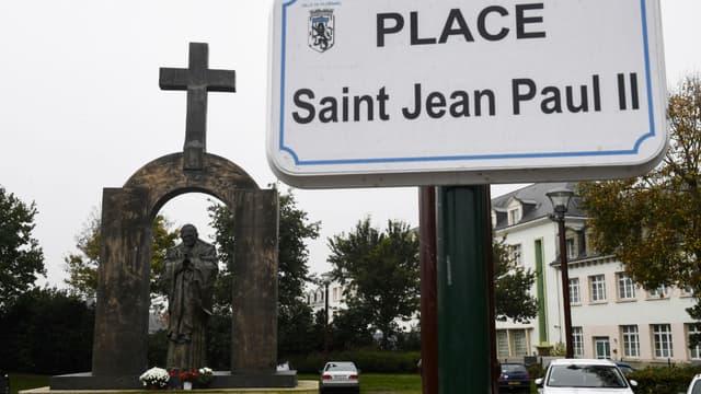 La statue de Jean-Paul II à Ploërmel, dans le Morbihan
