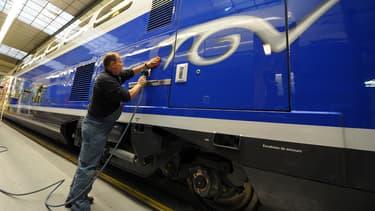 Un ouvrier travaille sur un TGV dans une usine Alstom. (image d'illustration)