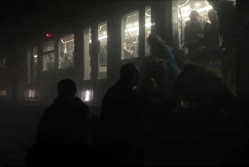 Capture d'écran d'une chaîne de télévision belge montrant l'évacuation des passagers du métro après l'attentat jihadiste à la station Maalbeek le 22 mars 2016