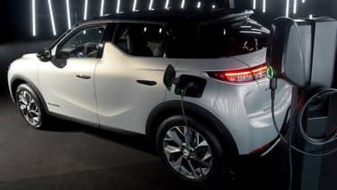 L'exécutif veut inciter les Français à acheter des voitures électriques ou hybrides rechargeables, comme cette DS3 Crossback.