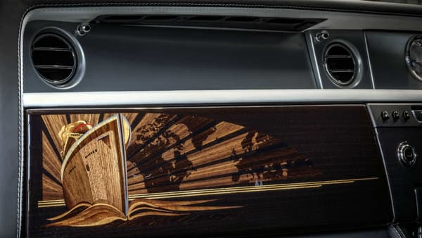Commandée par un collectionneur de Rolls-Royce, cette Phantom embarque un habitacle dédié au voyage, avec un motif de bateau de croisière en marqueterie sur les portières comme la planche de bord.