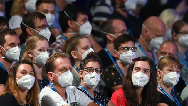Des spectateurs portent un masque pendant le concert de Tim Bendzko, à Leipzig, le 22 août 2020.