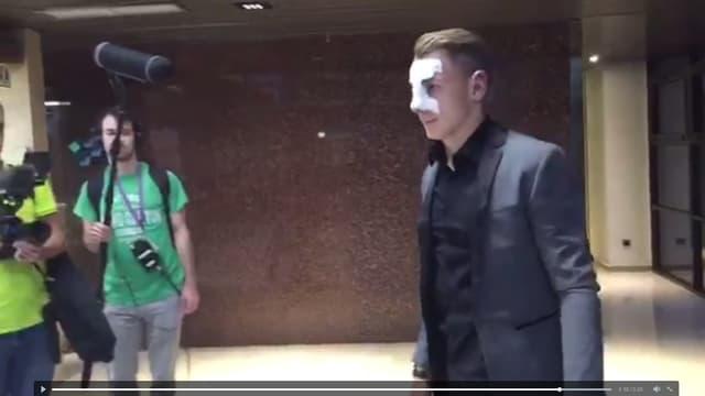Lucas Digne est arrivé à Barcelone avec un masque de protection sur le nez