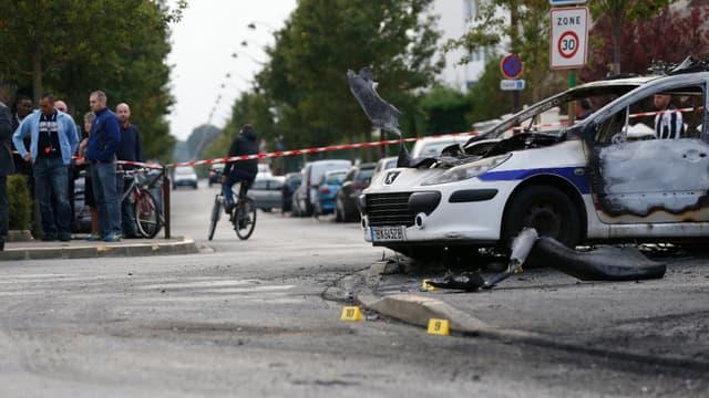 Quatre policiers ont été blessés, dont deux grièvement brûlés.